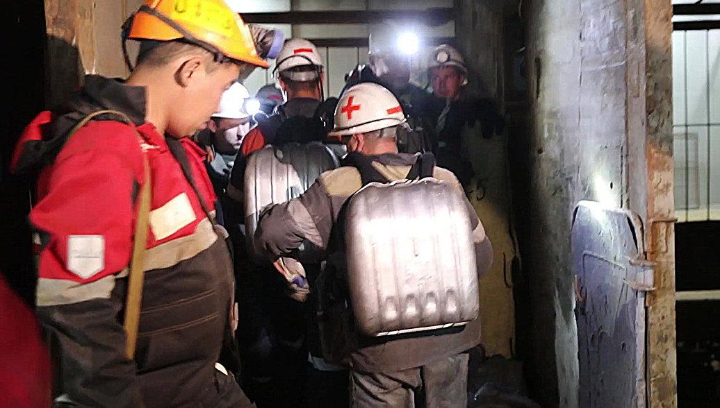 Трое горняков заблокированы на одном из участков рудника ...: https://ria.ru/incidents/20170806/1499849023.html