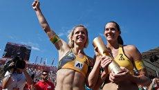 Лаура Людвиг и Кира Уокенхорст празднуют победу на чемпионате мира по пляжному волейболу в Вене. 5 августа 2017