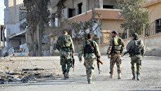 Сирийские солдаты в центральной части Сирии в Хомсе. Архивное фото