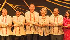 Дипломаты в национальных филиппинских рубашках взялись за руки на гала-ужине