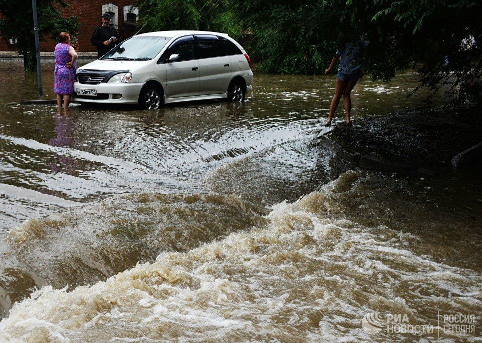 Потоки воды на затопленной улице Уссурийска. 7 августа 2017