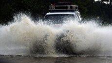 Автомобиль на затопленной улице Уссурийска. 7 августа 2017