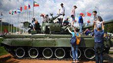 Посетители во время соревнований по танковому биатлону на полигоне Алабино