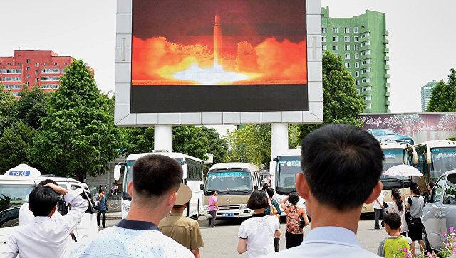 Трансляция новостей о втором запуске баллистической ракеты КНДР в Пхеньяне. Архивное фото