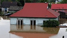 Здание, затопленное в результате наводнения, в Уссурийске. 8 августа 2017