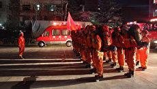 Пожарные готовятся отправиться в уезд Вэньсянь после землетрясения, сосредоточенного в соседней провинции Сычуань. 8 августа 2017
