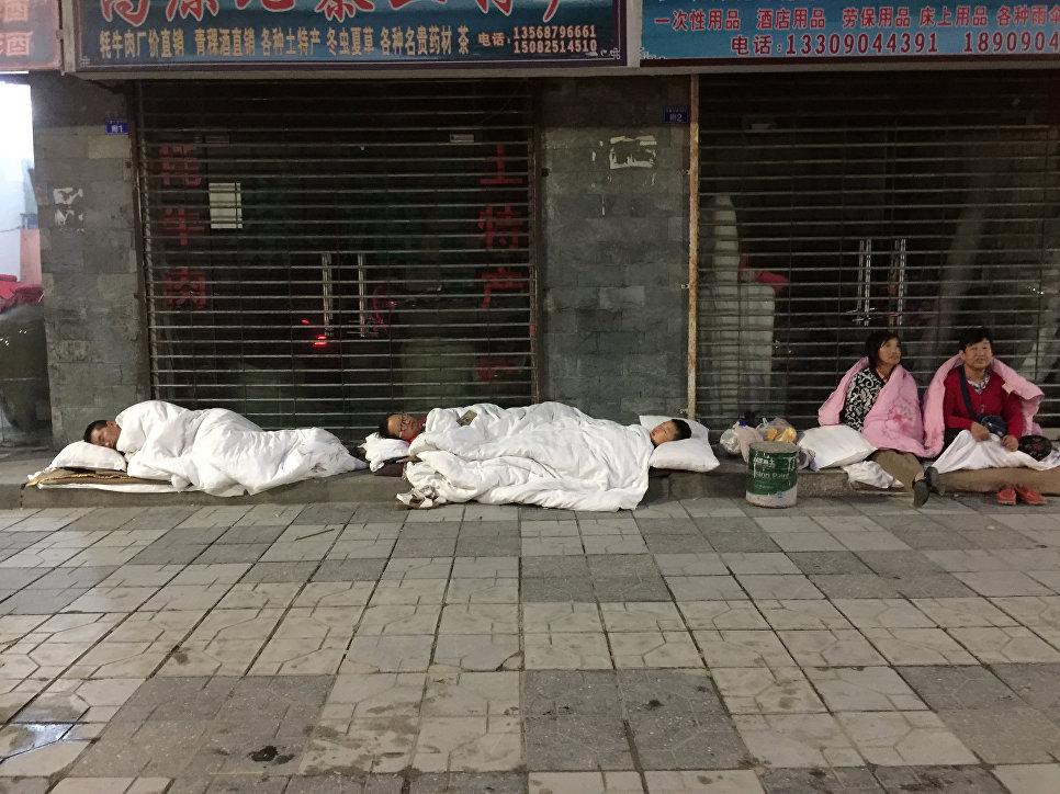 Люди спят на улице после землетрясения в провинции Сычуань