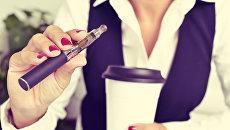 Девушка с электронной сигаретой. Архивное фото
