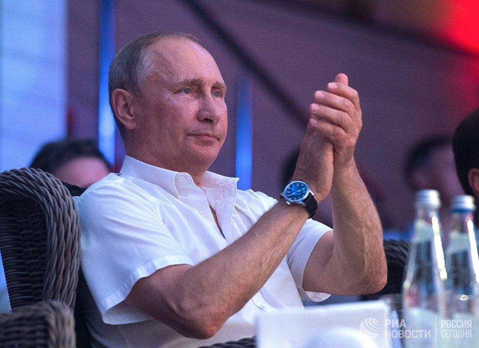Президент РФ Владимир Путин во время посещения ежегодного международного турнира по боевому самбо Плотформа S-70 в Сочи