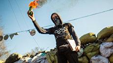 Участник арт-группы во время выступления в поддержку оппозиции на баррикадах улицы Грушевского в Киеве. Февраль 2014