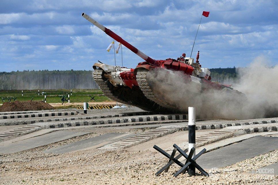 Экипаж команды армии России в полуфинальной эстафете на соревнованиях по танковому биатлону Армейских международных Игр-2017 на подмосковном полигоне Алабино