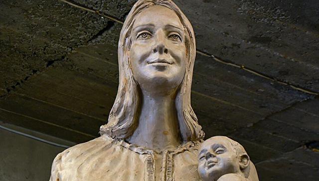 Памятник женщине-матери, изготовленный сахалинским скульптором Владимиром Чеботаревым для Сахалинской областной больницы