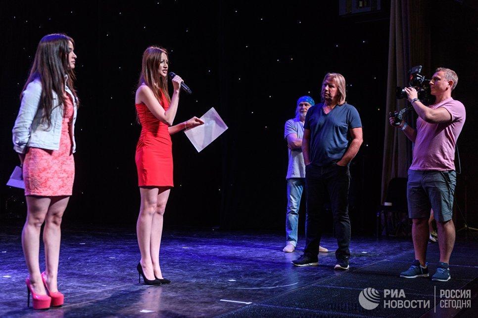 Продюсер Виктор Дробыш (справа) во время кастинга Новой Фабрики звезд в Москве