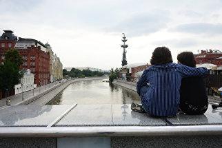 Молодые люди на Якиманской набережной в Москве