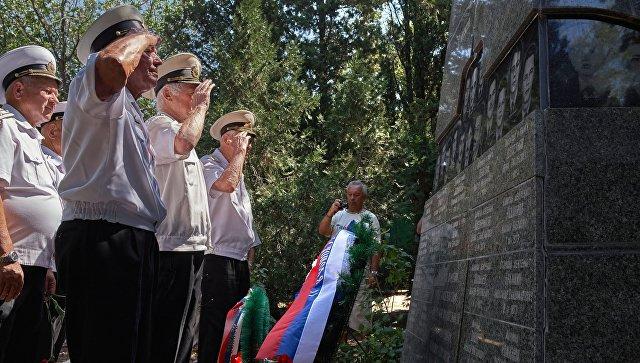 Военнослужащие у мемориала морякам-подводникам, погибшим на атомной подводной лодке Курск. 12 августа 2017