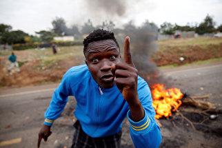 Сторонник оппозиции во время беспорядков в Кисуму, Кения