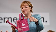 Канцлер Германии Ангела Меркель получила в подарок лейку во время митинга в Хейльбронне