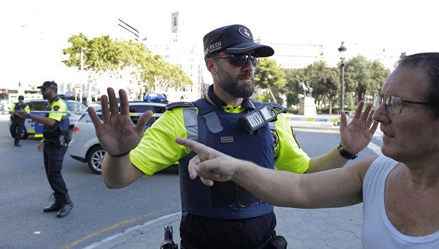 Полиция на месте наезда микроавтобуса на пешеходов в Барселоне. 17 августа 2017