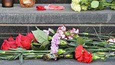 Цветы у здания посольства Испании в Москве в память о жертвах теракта в Барселоне. 18 августа 2017
