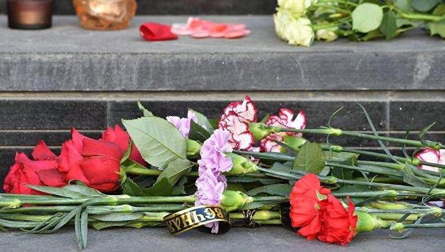 Теракт вБарселоне: Москвичи несут цветы и свечки кпосольству Испании