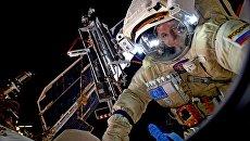 Космонавт Роскосмоса Сергей Рязанский во время выхода в открытый космос. Архивное фото