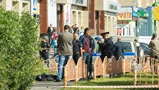 Сотрудники правоохранительных органов работают в центре города Сургута на месте, где неизвестный мужчина напал с ножом на людей и ранил несколько человек. 19 августа 2017