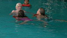 Инструктор со стажем: столетний волонтер обучает детей плаванию в Берлине