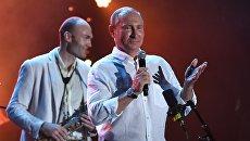 Президент РФ Владимир Путин во время посещения фестиваля Koktebel Jazz Party 2017. Слева - музыкант-саксофонист Сергей Головня