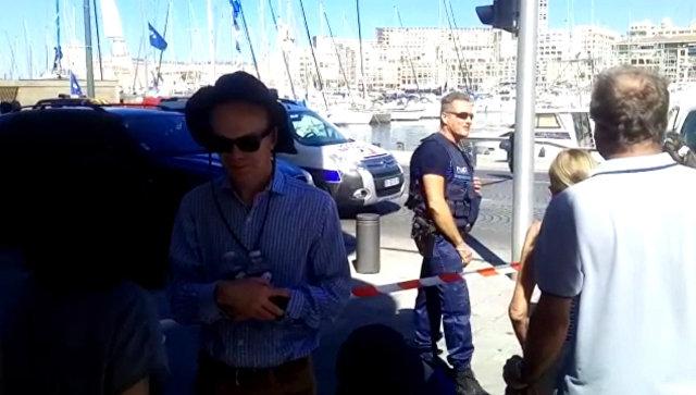 Марсельская полиция оцепила улицу, где автомобиль въехал в остановки