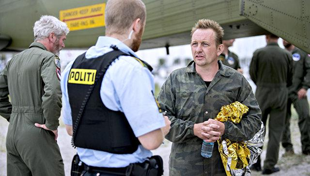 Изобретатель Петер Мадсен беседует с полицейским в порту Драгоер к югу от Копенгагена. Архивное фото