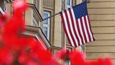 Государственный флаг США на здании американского посольства в Москве. Архивное фото