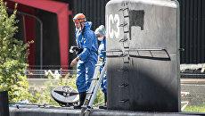 Полицейские обследуют частную подлодку Nautilus в порту Копенгагена