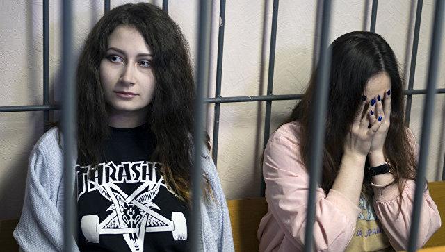 Алёна Савченко и Алина Орлова во время суда. Архивное фото