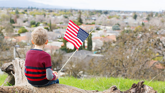 Ребёнок с флагом в США. Архивное фото