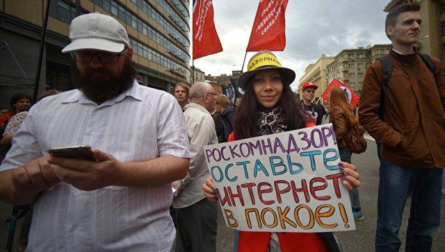 Участников митинга в российской столице задержали заплакат «Свободу Али Ферузу»