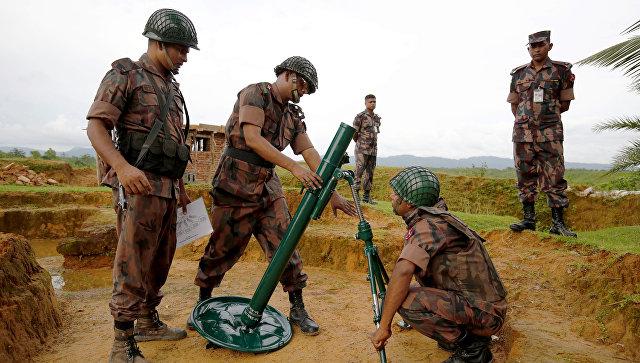 Пограничная охрана Бангладеш готовит миномет, после выстрелов в Мьянме. 26 августа 2017