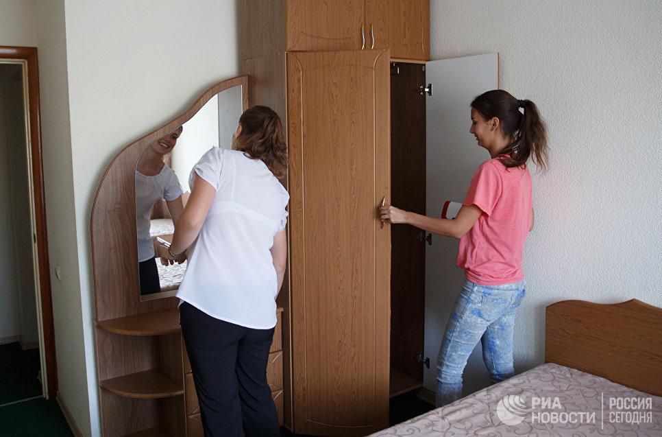 Девушки-кандидаты в курсанты Краснодарского высшего военного авиационного училища летчиков осматривают комнату проживания