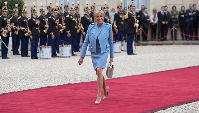 Супруга избранного президента Франции Эммануэля Макрона Брижит на церемонии инаугурации в Париже