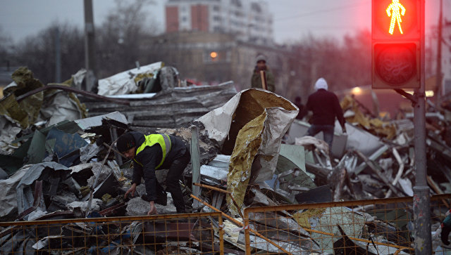 Сотрудники коммунальных служб сносят незаконно построенные торговые павильоны на 9-й парковой улице в Москве. Архивное фото