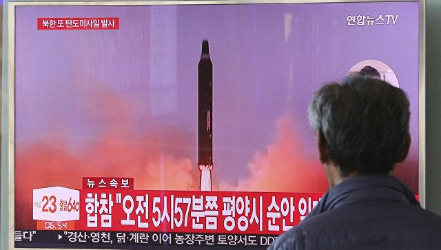 Трансляция новостей о новом пуске северокорейской ракеты в Сеуле. Архивное фото