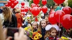 Ученики первых классов гимназии №1 города Новосибирска перед началом торжественной линейки посвященной Дню знаний. 1 сентября 2017