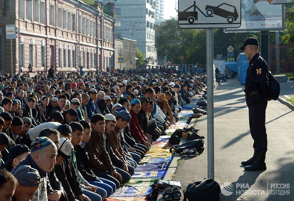 Мусульмане в день праздника жертвоприношения Курбан-байрам возле Московской Соборной мечети. 1 сентября 2017