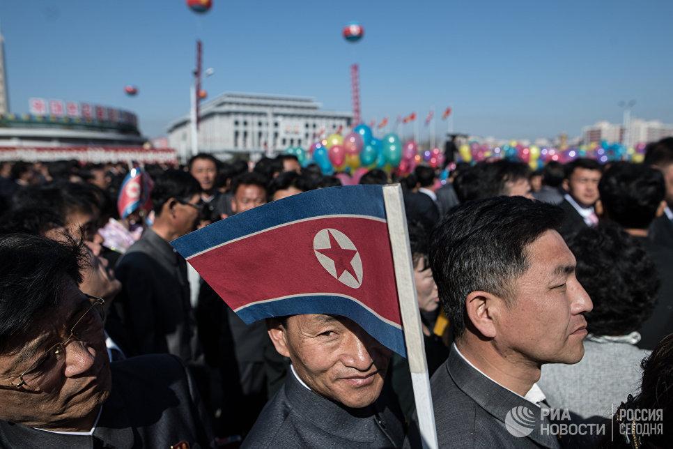 Жители города во время торжественной церемонии открытия нового жилого комплекса на улице Рёмён в Пхеньяне