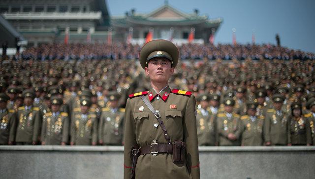 Военнослужащий во время военного парада, приуроченного к 105-й годовщине со дня рождения основателя северокорейского государства Ким Ир Сена, в Пхеньяне. Архивное фото