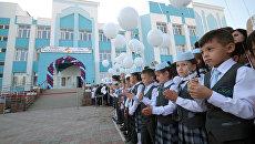 Линейка в День знаний в новой школе № 44, открывшейся в районе компактного проживания крымских татар Фонтаны в Симферополе. 1 сентября 2017