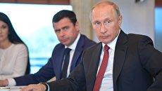 Президент РФ Владимир Путин во время встречи с представителями общественности Ярославской области в кают-компании теплохода Россия. 1 сентября 2017