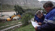 Сотрудники Газпрома возле поврежденного сходом селя газопровода в Республике Кабардино-Балкария. Архивное фото