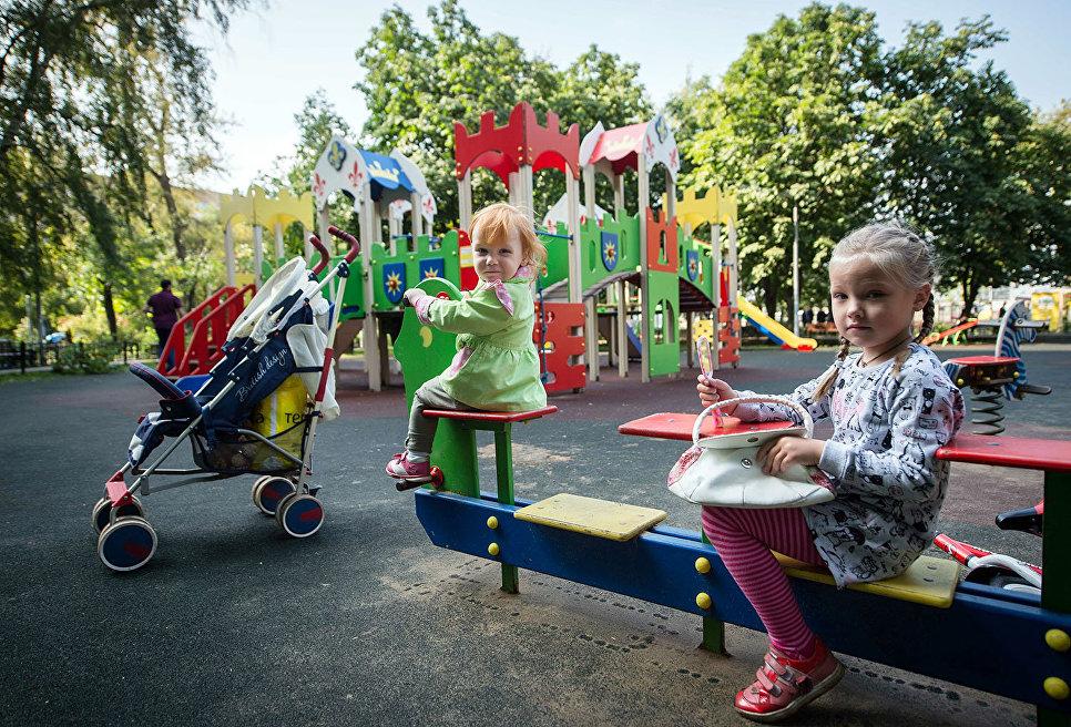 Дети играют на детской площадке.