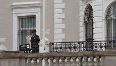Сотрудник полиции стоит в оцеплении у здания российского торгового представительства в Вашингтоне. 2 сентября 2017