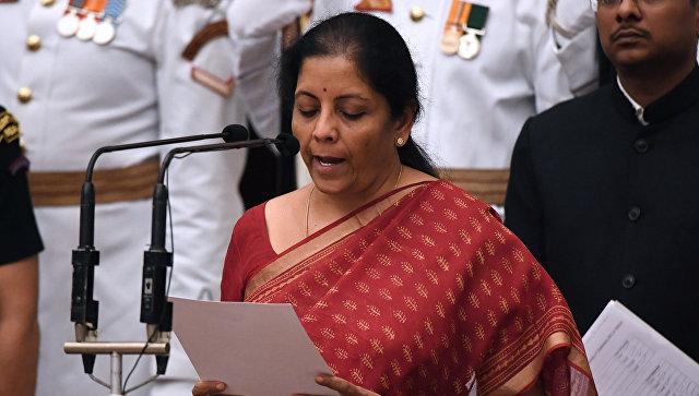 Нирмала Ситхараман принимает присягу в Президентском дворце в Нью-Дели в Индии. 3 сентября 2017